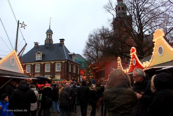 Waage mit Wiehnachtsmarkt achter'd Waag Leer